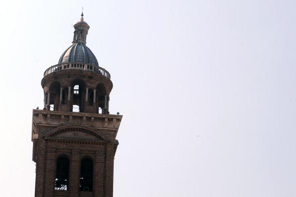 Колокольня церкви Санта Барбара в Мантове после землетрясения