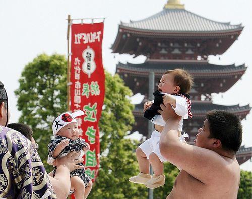 Соревнования на самый громкий детский плач, так же является молением о хорошем здоровье. Фото: TOSHIFUMI KITAMURA/AFP/Getty Images