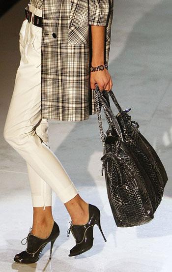 Коллекция женской одежды от Gucci сезона весна/лето-2008 на Неделе моды в Милане. Фото: CHRISTOPHE SIMON/AFP