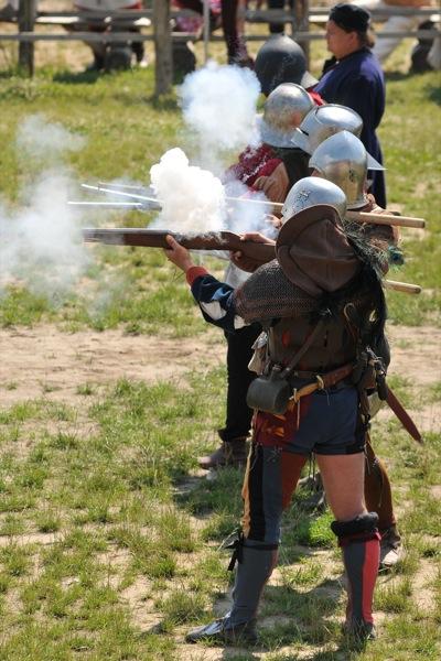 Реконструкторы стреляют из оружия на историческом фестивале в Парке Киевская Русь 18 июня 2011 года. Фото: Владимир Бородин/The Epoch Times Украина