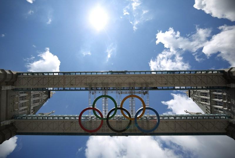 Лондон, Англия, 18 июня. Олимпийские кольца появились под пешеходными галереями на Тауэрском мосту. Фото: Peter Macdiarmid/Getty Images