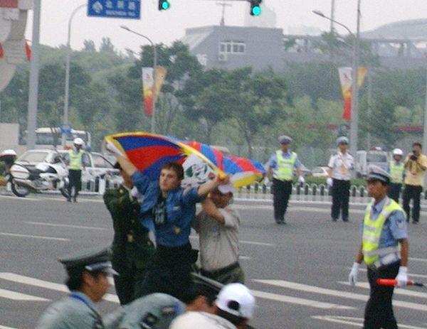 Поліція напала на учасників акції на захист свободи Тибету. 8 серпня. Пекін. Фото: freetibet.com