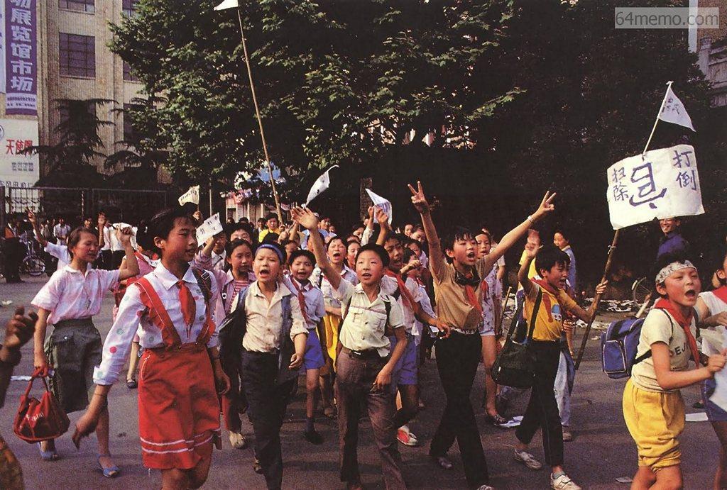 15 травня 1989 р. Школярі також підтримують своїх старших братів і сестер у їхніх діях. На їх плакаті написано «Скинути корумпованих чиновників». Фото: 64memo.com