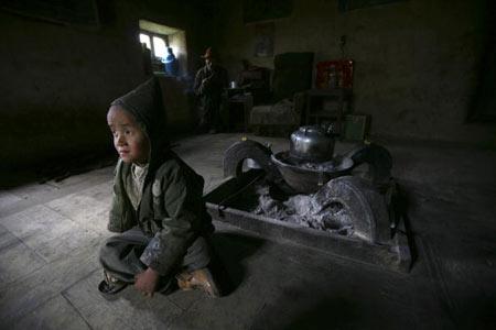 Тибетський хлопчик із своїм дідусем. Фото: China photos/ Getty image