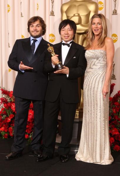 Эндрю Стэнтону (в центре) получил Оскар за лучший мультфильм 'ВАЛЛ-И'. Слева - Джек Блэк, справа - Дженнифер Энистон. Фото: MARK RALSTON/AFP/Getty Images