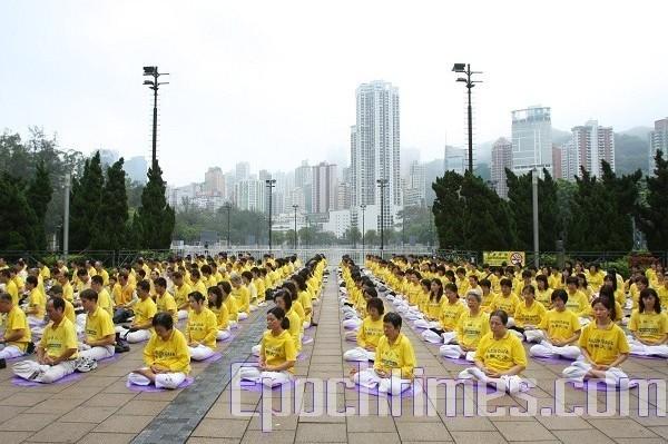 Коллективное выполнение упражнений Фалуньгун. Гонконг. 25 апреля 2009 год. Фото: Ли Мин/ The Epoch Times