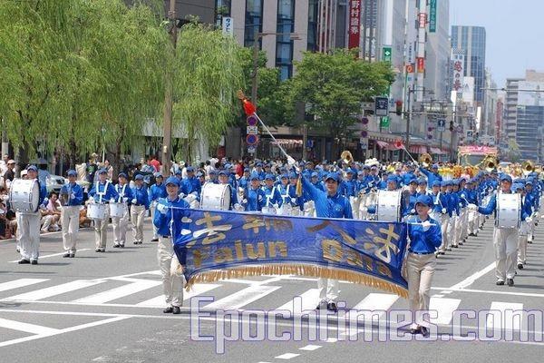 Колона «Небесного оркестру» послідовників Фалуньгун. Святкування дня міста Ніїгата. 9 серпня. Японія. Фото: Хун Іфу/Тhe Epoch Times