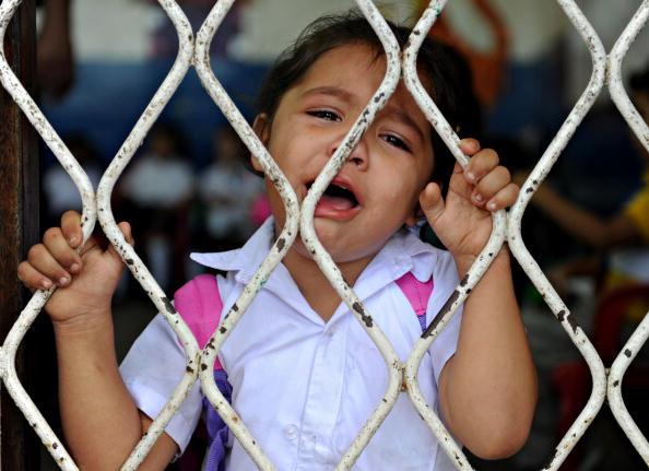 Першокласниця плаче в перший день навчання. Півтора мільйона дітей почали вчитися в школах по всій країні. Манагуа, Нікарагуа. 2 лютого 2010. Фото: ELMER MARTINEZ / AFP / Getty Images