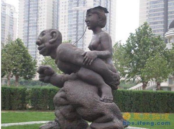 Місцеві жителі закликають пекінську владу скоріше прибрати ці статуї і не ганьбитися перед іноземними гостями. Фото з secretchina.com