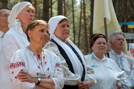 Люди чествуют память погибших в Быкивнянскому лесу в день чествования жертв коммунистических репрессий. Фото: Владимир Бородин/велика Эпоха