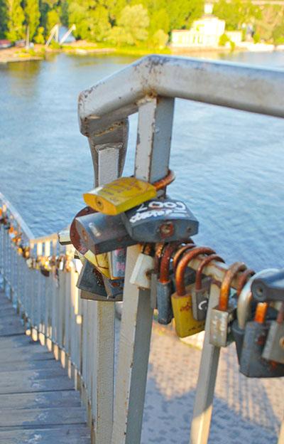 Долі замикаються замком, але чи залишається любов? Фото: Олена Колодіна/The Epoch Times Україна