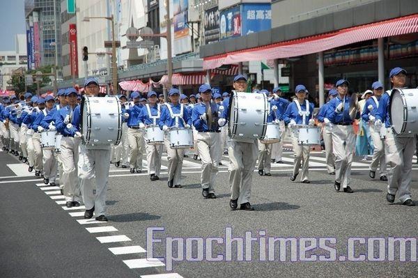 Колонна Небесного оркестра последователей Фалуньгун. Празднование дня города Ниигата. 9 августа. Япония. Фото: Хун Ифу/The Epoch Times