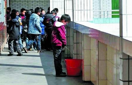 Школьники младших классов мочатся в специальные вёдра «сборщиков урины». Фото с kanzhongguo.com