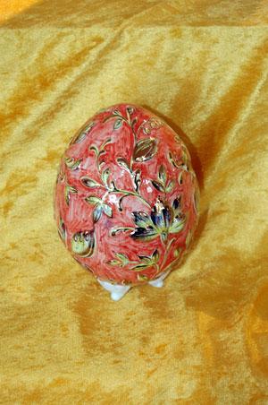 Яйцо, расписанное Ольгой Симоновой из России, сверкает цветочными орнаментами. Фото: Великая Эпоха