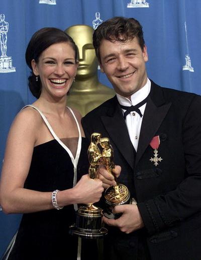 Рассел Кроу і акторка Джулія Робертс з нагородами 'Оскар'. Фото: HECTOR MATA / AFP / Getty Images