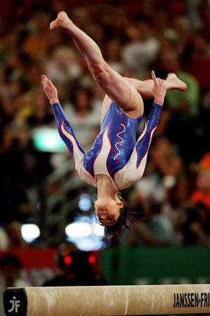 Амстердам, НІДЕРЛАНДИ: Vericel Cassy з Франції виступає під час чемпіонату Європи із спортивної гімнастики. Фото ARIS MESSINIS/AFP/Getty Images