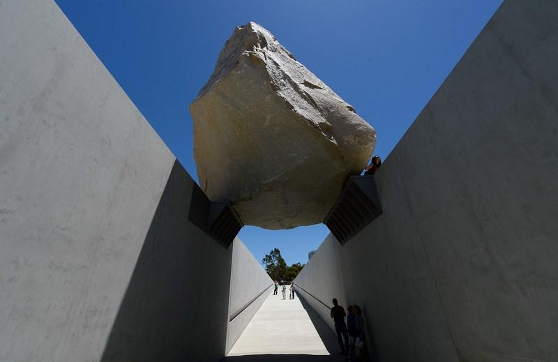 Лос-Анджелес, США, 26 июня. В музее искусств представлена работа Майкла Хейзера «Левитирующая масса» — вырубленная из скалы глыба гранита весом 340 тонн. Фото: Kevork Djansezian/Getty Images