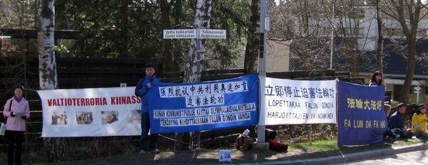 Акция, посвященная девятилетию со дня «инцидента 25 апреля» напротив китайского консульства в Финляндии. Фото с minghui.ca