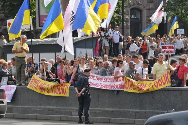 Сторонники Юлии тимошенко возле здания Печерского суда города Киева во время судебного заседания 24 июня 2011 года. Фото: Владимир Бородин/The Epoch Times Украина