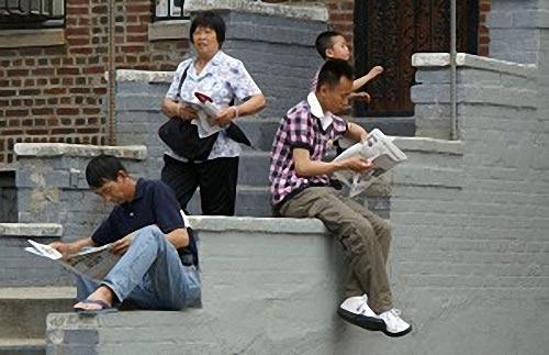 Місцеві китайці читають спеціальний випуск Великої Епохи про вихід з КПК. Фото: Велика Епоха