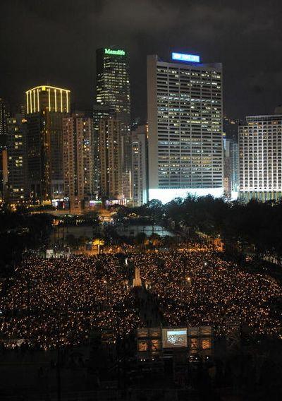 4 июня, Гонконг. Несколько десятков тысяч человек участвуют в акции, посвящённой памяти погибших во время кровавой бойни на площади Тяньаньмэнь 4 июня 1989 г. Фото: MN Chan/Getty Images