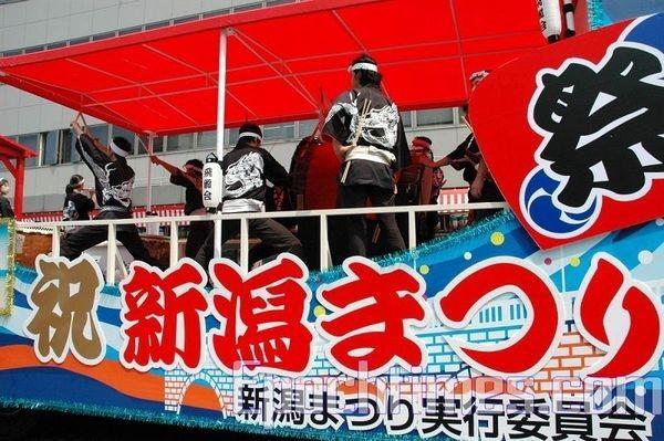 Японские барабанщики. Празднование дня города Ниигата. 9 августа. Япония. Фото: Хун Ифу/The Epoch Times
