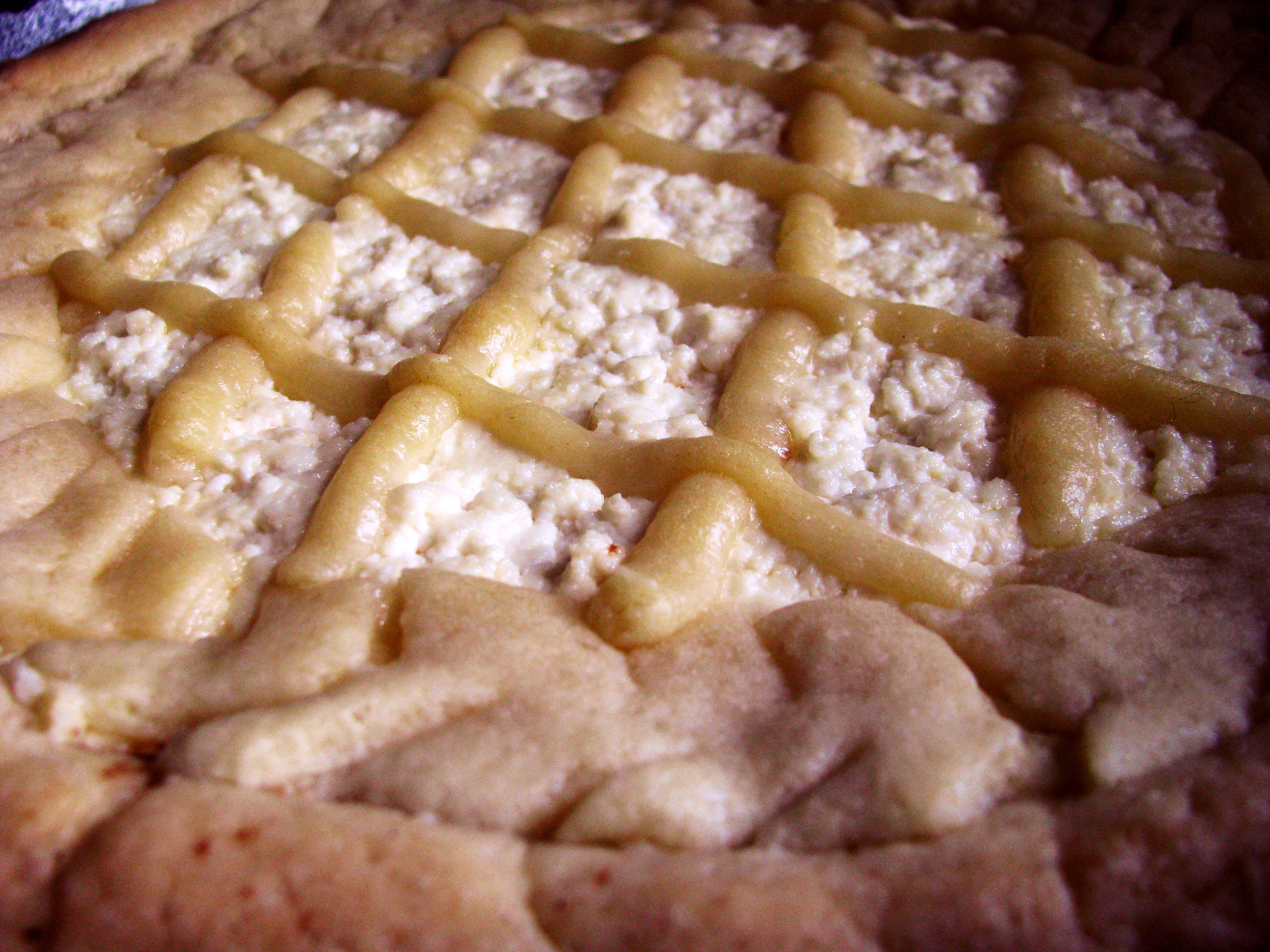Украшаем полосками теста и выпекаем пирог «Южный». Фото: Алина Маслакова/The Epoch Times Украина
