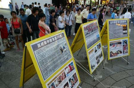 Після завершення ходи учні Фалуньгун встановили стенди з свідченнями й фото репресій, яким китайська компартія піддає Фалуньгун. Фото: У Лянь Ю/Велика Епоха