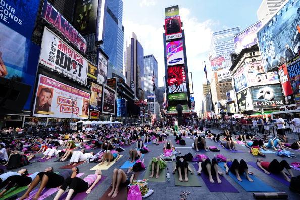 Марафон йоги на Таймс-сквер, Нью-Йорк. Фото: EMMANUEL DUNAND/AFP/Getty Images