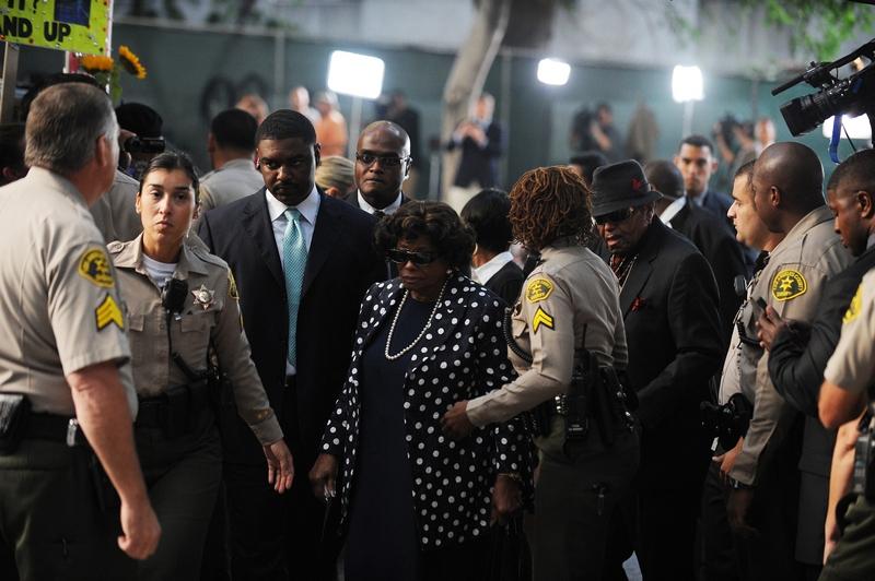 Родители Майкла Джексона, Кэтрин Джексон и Джо Джексон прибыли 27 сентября 2011 в Верховный суд Лос-Анджелеса, чтобы услышать вступительное заявление по поводу непреднамеренного убийства его сына. Фото: Робин Бек / Getty Images