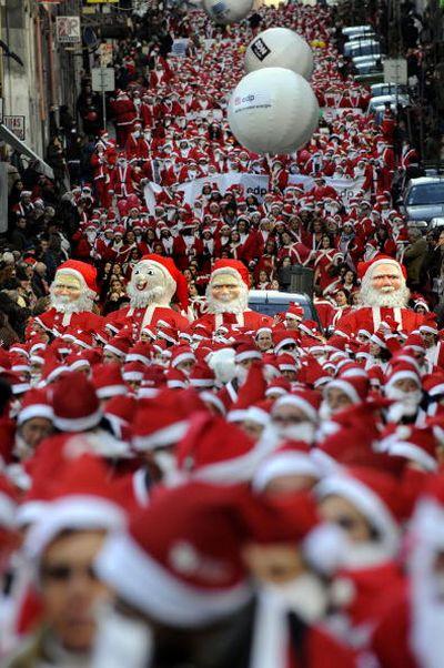 Веселий натовп промарширував, збираючи гроші на благодійність. Фото: Fernando Veludo/AFP/Getty Images