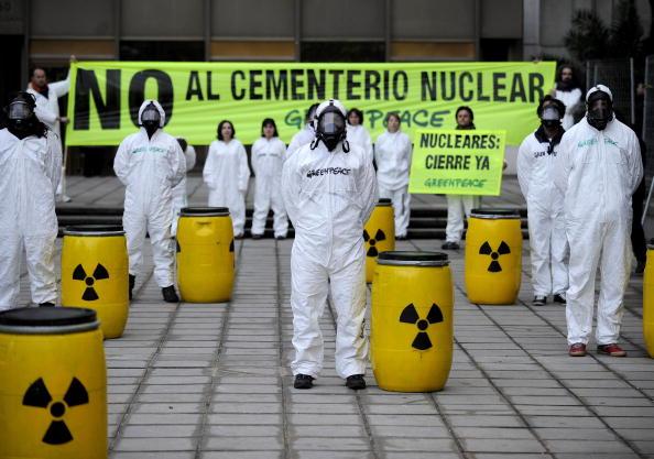 Активісти «Грінпіс» протестують проти зберігання ядерної зброї перед Міністерством промисловості, туризму і торгівлі. Мадрид. 5 лютого 2010.Фото: PEDRO ARMESTRE / AFP / Getty Images