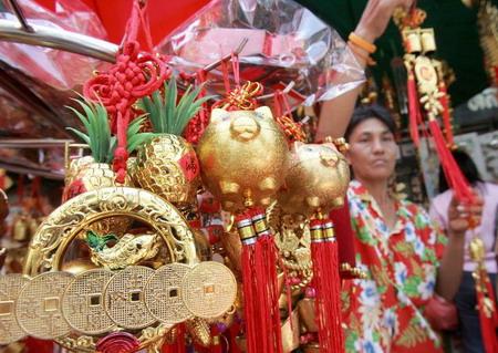 Таиланд, г.Бангкок: декорации, которые символизируют прибытие года свиньи. Фото: Pornchai Kittiwongsakul/AFP