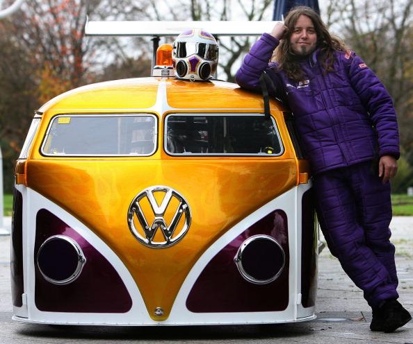 Автоконструктор Вейн Аллеман явив світу розроблений ним драгстер VW Bulli Van під назвою «Нервовий зрив» з потужністю двигуна 1700 кінських сил. Фото: PATRIK STOLLARZ/AFP/Getty Images