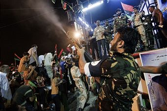 Тисячі жителів вийшли на вулиці Тріполі, щоб вітати повстанців. Повстанці стріляють з гвинтівок у повітря. Фото: Gianluigi Guercia / Getty Images