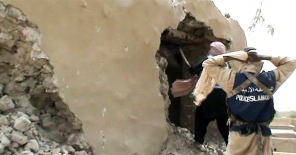 Исламистские боевики уничтожают древний храм в Тимбукту, 1 июля 2012 года. Фото: STR/AFP/GettyImages