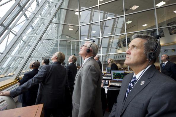 Директор Космического центра им. Кеннеди Боб Кабана (справа) и сотрудники НАСА наблюдают в Центре управления полетом за стартом шаттла «Атлантис». Фото: Bill Ingalls/NASA via Getty Images