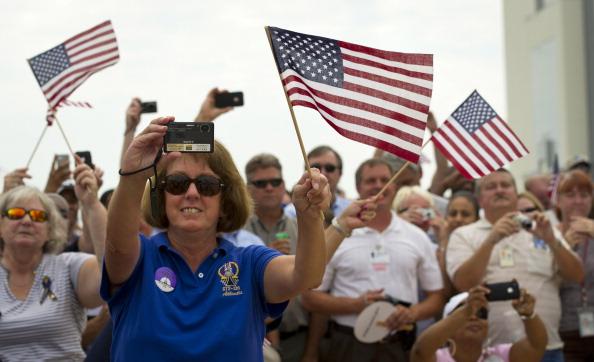 Співробітники НАСА зустрічають шатл «Атлантіс». Фото: Paul E. Alers/NASA via Getty Images