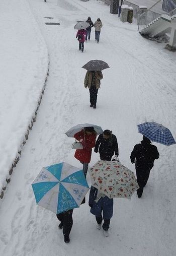 27 січня, м. Хефей провінції Анхуей. Із-за негоди зупинений транспорт, люди вимушені пересуватися пішки. Фото: AFP