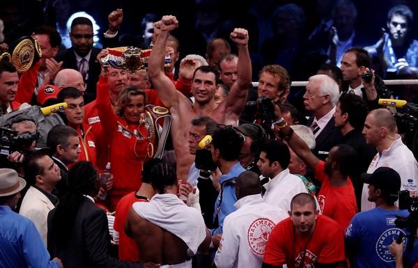 Вперше на ринг з Володимиром Кличко вийшла дівчина. Гамбург. Німеччина, 2 липня 2011 року. Фото: Martin Rose / Bongarts / Getty Images