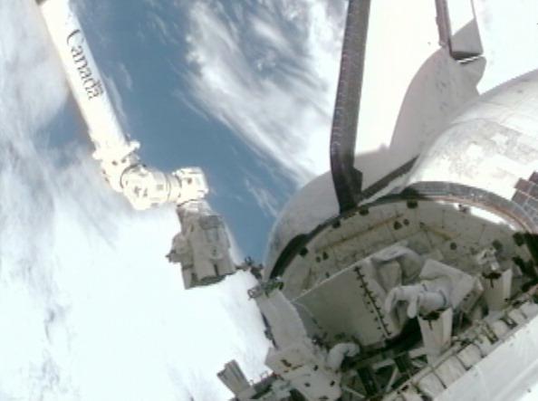 Астронавти Гаран (ліворуч) і Фоссум закріплюють несправний насос системи охолодження у вантажному відсіку шаттла «Атлантіс». Фото: NASA via Getty Images