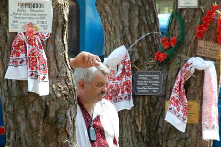 Мужчина печалится о погибших в Быковнянскому лесу в день чествования жертв коммунистических репрессий. Фото: Владимир Бородин/Великая Эпоха