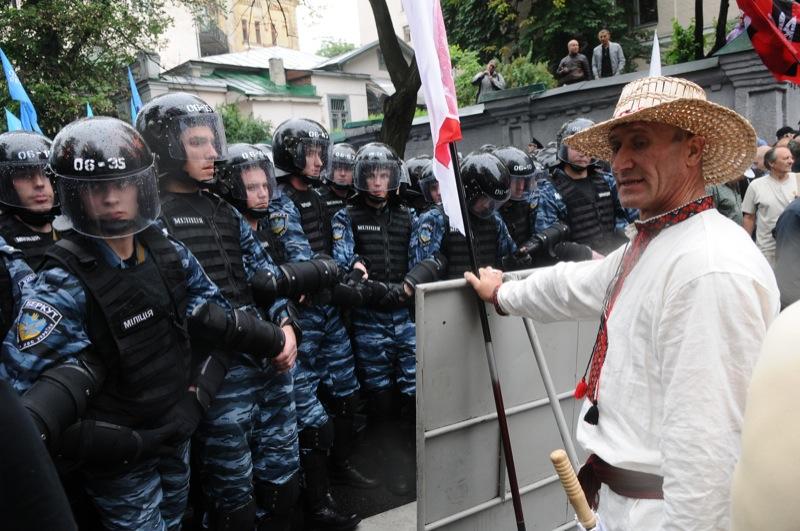 Под ВР собрались митингующие по поводу языкового законопроекта. Фото: Владимир Бородин / EpochTimes.com.ua