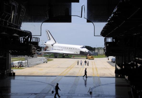 Шатл «Атлантіс» доставляється в ангар. Фото: BRUCE WEAVER/AFP/Getty Images