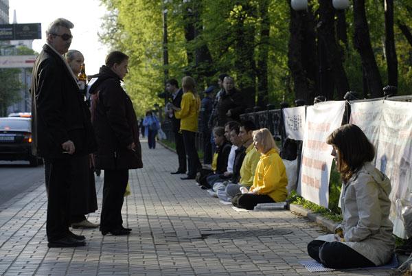 Акція послідовників Фалуньгун біля посольства КНР 25 квітня 2008 року. Фото: The Epoch Times