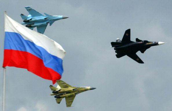 Русские истребители Су-47 (справа)