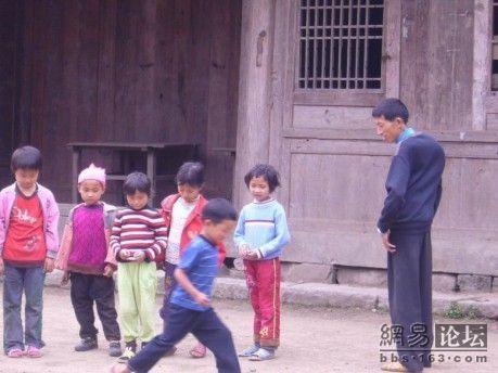 Між уроками діти виходять на вулицю погратися. Фото з secretchina.com