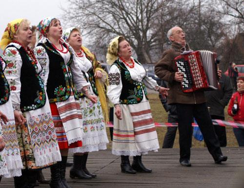 Участники праздичного концерта исполняют народную песню. Фото: Юрий Петюк/Великая Эпоха