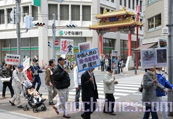 Колона проходить через китайський квартал міста. Фото: Hong Kazuo/The Epoch Times