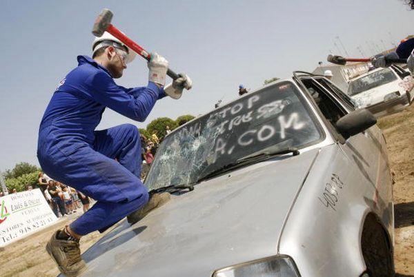 Зняття стресу кувалдою. Фото: RAFA RIVAS/AFP/Getty Images